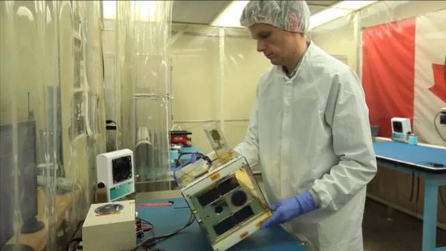 Gli studenti dell'università di Toronto usano una camera termica per testare i componenti dei nanosatelliti in intervalli di temperatura registrati nello spazio.